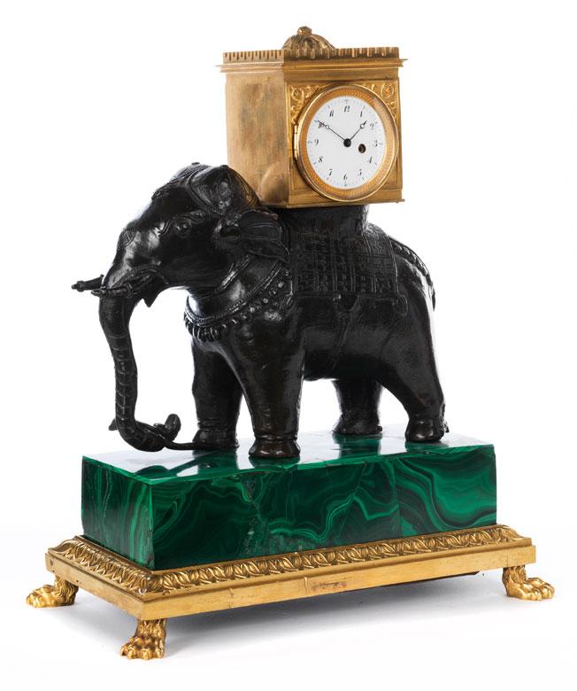 Schreibtischuhr auf dem Rücken eines Elefanten