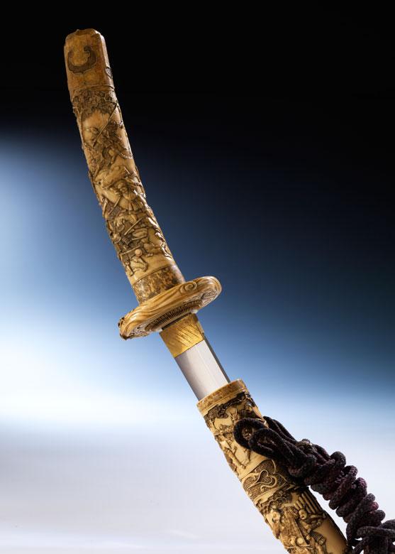 Samurai-Schwert mit Elfenbeingriff und Tsuba in Elfenbeinscheide