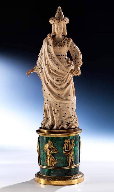 Große, russische Elfenbein-Schnitzfigur auf einem Sockel in feuervergoldeter Bronze, belegt mit russischem Malachit