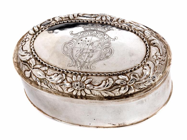 Ovale Deckeldose mit gräflichem Wappen