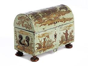 Äußerst seltene, kleine, barocke Nähschatulle mit Chinoiserie-/ Lackmalerei und handgeschnitzten Figürchen