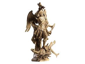 Geschnitzte und gefasste Figurengruppe des Heiligen Michael im Kampf gegen den Satan