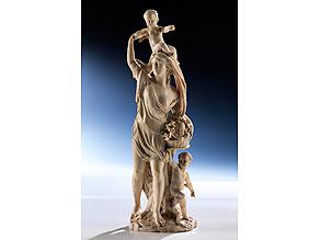 Elfenbeinfigurengruppe einer jungen Mutter mit drei Kindern