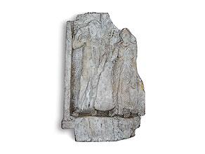 Großes Steinrelief mit Darstellung des Apollos neben der Muse Polyhymnia