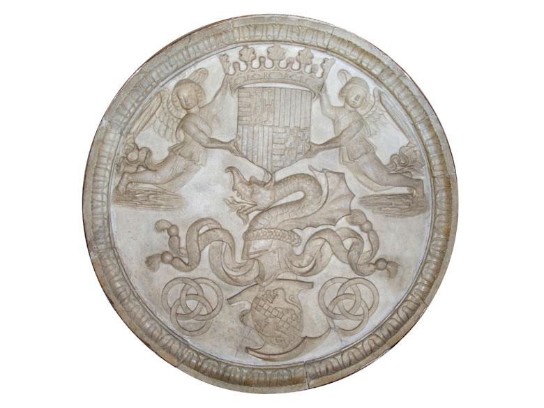 Großer Marmor-Tondo mit dem Wappen des ehemaligen Königreichs Aragon-Kastilien