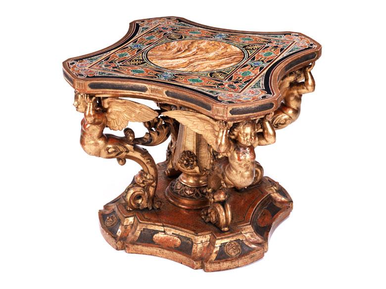 Höchst dekorativer, reich figürlich geschnitzter Salontisch im Barockstil