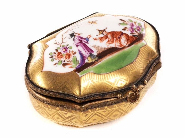 Kleine Porzellan-Pillendose mit Chinoiseriedekor