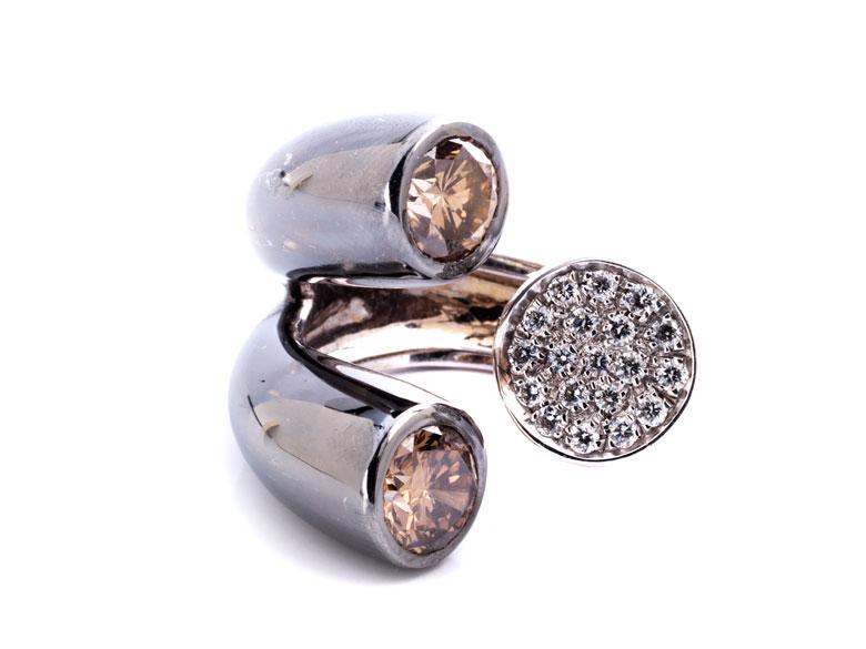 Ring mit braunen und weißen Brillanten