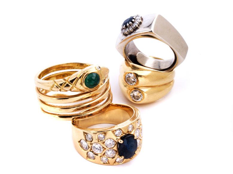 Vier Ringe mit Brillanten und Farbsteinen