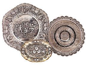 Drei Objekte aus edlem und unedlem Metall