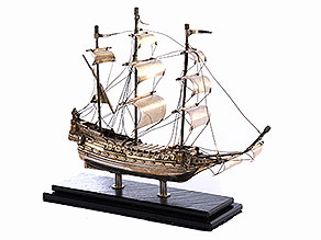 Silbernes Modell eines Schiffes