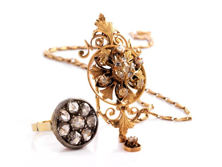 Anhänger und Ring mit Diamantrosen