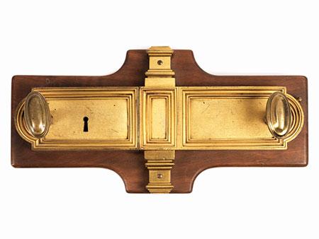 Zweiteilige Schlossgarnitur mit zwei Drückern und einem Schlüsseloch
