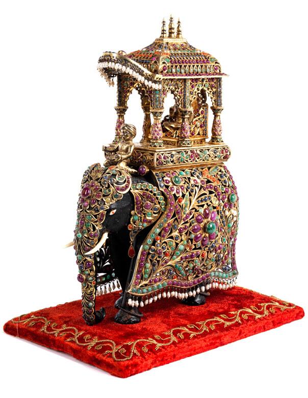 Elefant mit reichem Besatz
