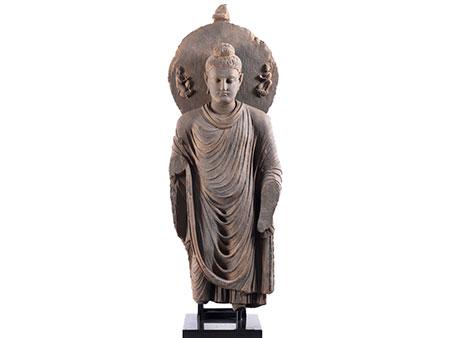Sehr großer, stehender Buddha