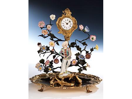 Rokoko-Tischaufsatz mit Porzellanfigur, Uhr, Bronzebäumchen mit Porzellanblüten sowie einer ovalen Stellplatte