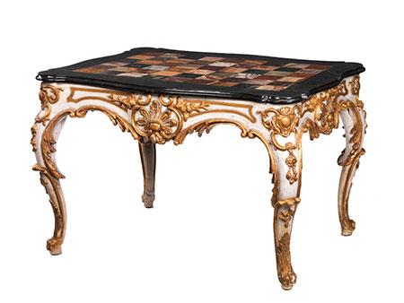 Salontisch in eleganten Rokokoformen mit marmorierter Platte