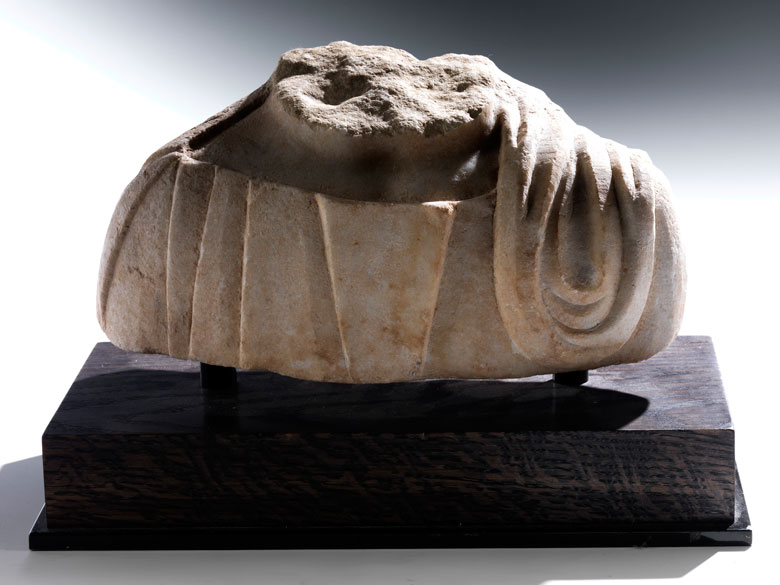 Fragment einer Marmorbüste mit Togaumhang