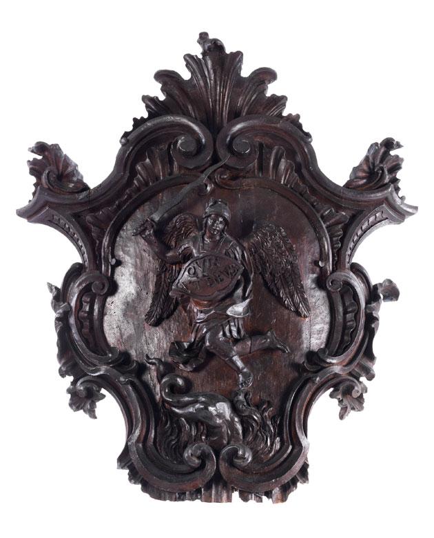 Große Rokoko-Schnitzkartusche mit Darstellung des Heiligen Michaels