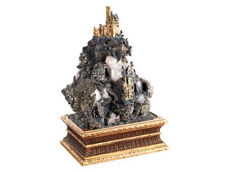 Großer Handstein mit bekrönender Burganlage