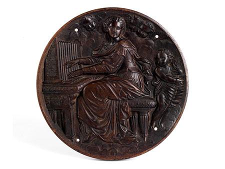 Runde Holzplakette mit Reliefdarstellung der Heiligen Cäcilia